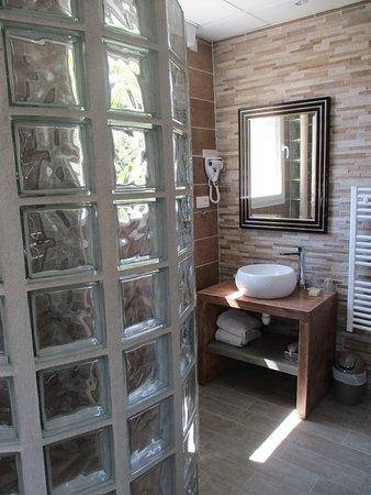 douche à l\'italienne lumineuse, contemporaine et lumineuse - Photo ...