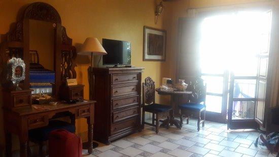 Hostal de la Noria: Bonito decorado y balcón en la suite junior