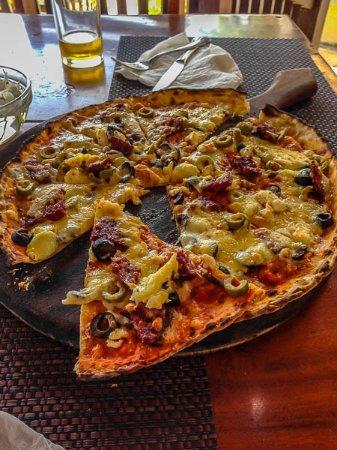 Wijaya Beach Restaurant: One pizza between two was plenty