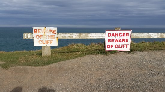 Waikawa, Nieuw-Zeeland: signs from cliff through Curio campsite