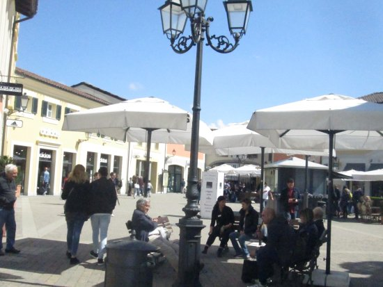 Piazza picture of serravalle designer outlet serravalle for Serravalle outlet