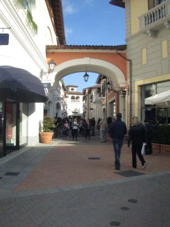 Strade picture of serravalle designer outlet serravalle for Serravalle designer outlet