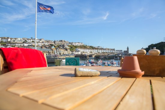Porthleven, UK: Outside seating on the Harbour Head