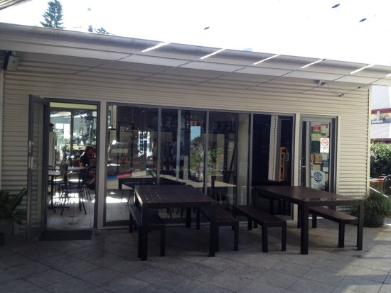 Milton, Australia: Indoor and back outdoor seating