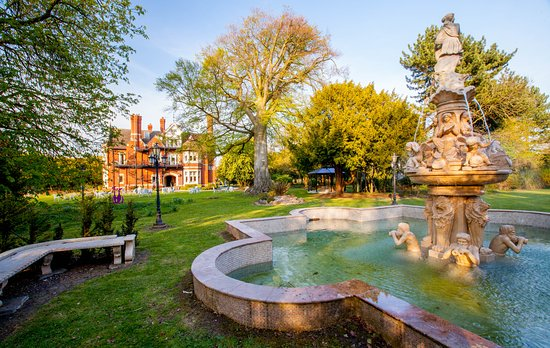 Almondsbury, UK: 18 acres of gardens and woodland surround the hotel