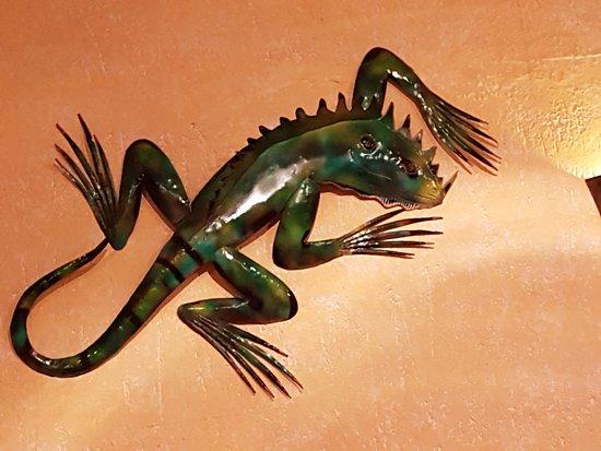 Castilleja de la Cuesta, Spain: La iguana que decora uno de los salones