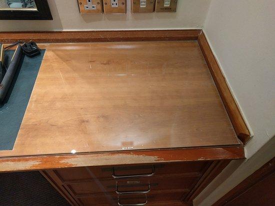 Thistle City Barbican: Shabby furniture in premium room