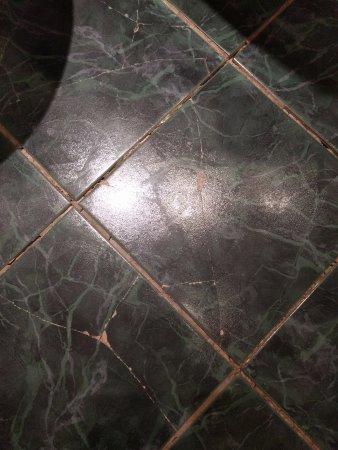 Thistle City Barbican: Cracked tiles on bathroom floor in premium room