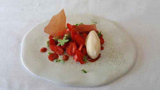 Saint-Jean-de-Blaignac, ฝรั่งเศส: Un ensemble de desserts sur le thème de la Fraise... la photo ne vaut pas les saveurs !