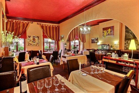 Salle manger picture of le broceliande bordeaux for Salle a manger annee 70