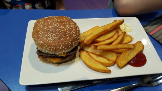 Chanteloup-en-Brie, France: Burger frites dans le menu enfant