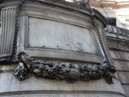 """Photo: """"Décor de guirlande de fruits sous la statue centrale de la ..."""