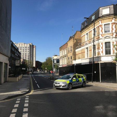 Ibis London Earls Court: Hotel hinten links