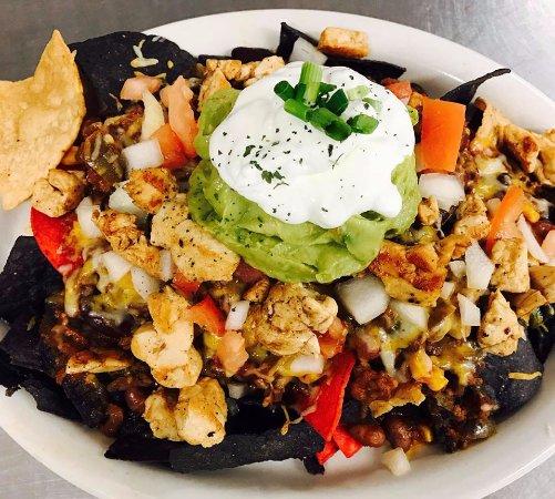 Swanzey, นิวแฮมป์เชียร์: Our mile high nachos...YUM!