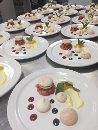 Strathroy, Canadá: Dessert plated and ready for service
