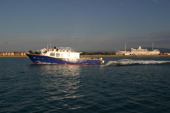 Saint-Cyprien, France : Le Marilou devant le paquebot Le Lydia