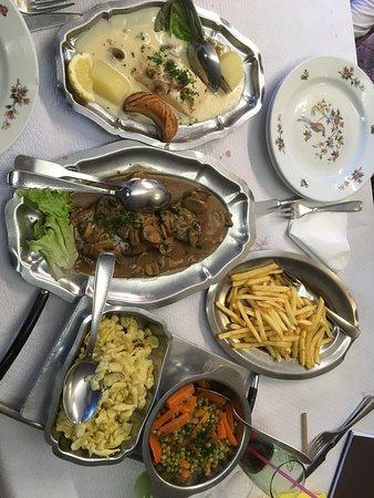 Dabo, Frankrike: Bouchée à la reine délicieuse et copieuse  En plat: saumon et gigot de chevreuil avec accompagne