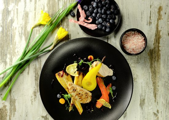 Majorenhoff: Turkey breast with baked parsnip, carrot and stewed pear in saffron, with cranberry sauce