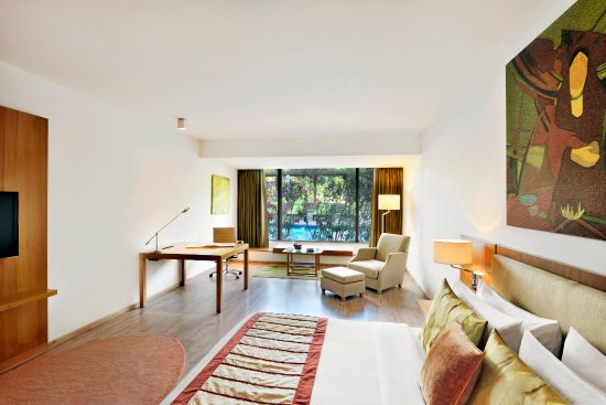 Radisson Blu Plaza Hotel Hyderabad Banjara Hills: Graciously designed, Deluxe Rooms help guests relax after a busy day.