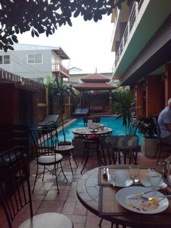 Lamphu Tree House : Breakfast by the pool