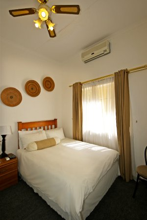 Jordani B&B Windhoek: SINGLE ROOM with en-suite facilities, air-conditioner, TV with satellite channels and mini-fridg