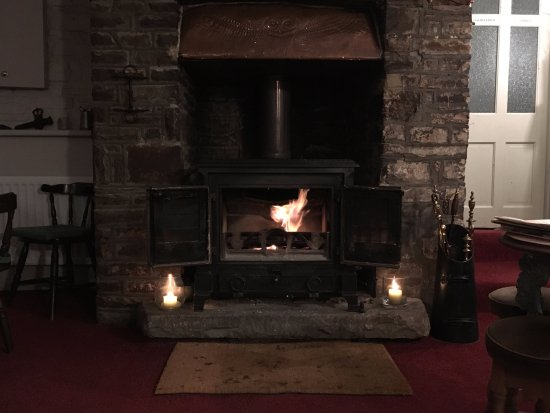 Crickhowell, UK: Cozy fire