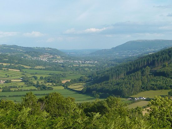 Crickhowell, UK: Looking down on the Kestrel Inn from the Beacons Way