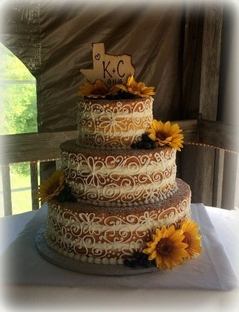 Jewett City, คอนเน็กติกัต: Naked Cake with Lace Piping and Sunflowers