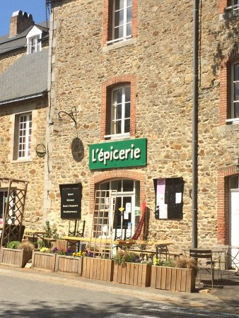 Saint-Georges-Buttavent, France: Un épicerie dans un village atypique