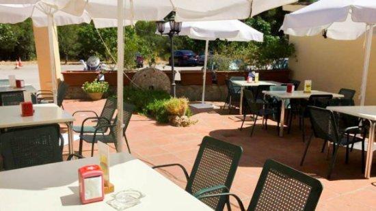 Collbato, Spain: Terraza Restaurant Can Llates a l costat de les Coves del Salnitre