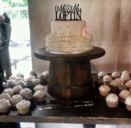 Leominster, MA: Romantic wedding cake and matching cupcakes