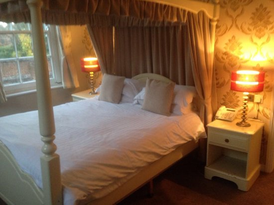 Buckden, UK: Four poster room