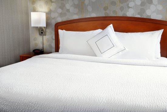 Courtyard Edison Woodbridge: King Bed