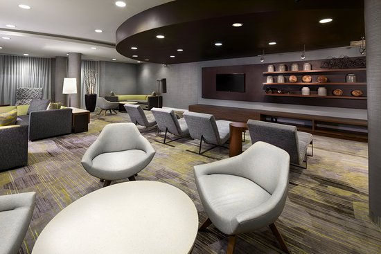 Courtyard Edison Woodbridge: Our spacious lobby lounge features plenty of seating options, from sofas to lounge chairs