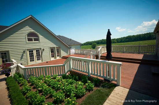Vineland, Canadá: Deck between Restaurant and Carriage House with view of vineyards in background.