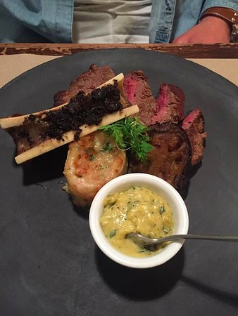 Solutre-Pouilly, France: Rumpsteak with bone marrow
