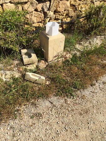 Sannat, Malta: broken light