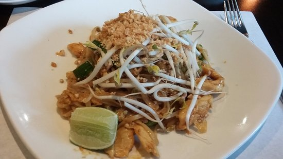 Sak's Thai Cuisine: Tofu phad thai...