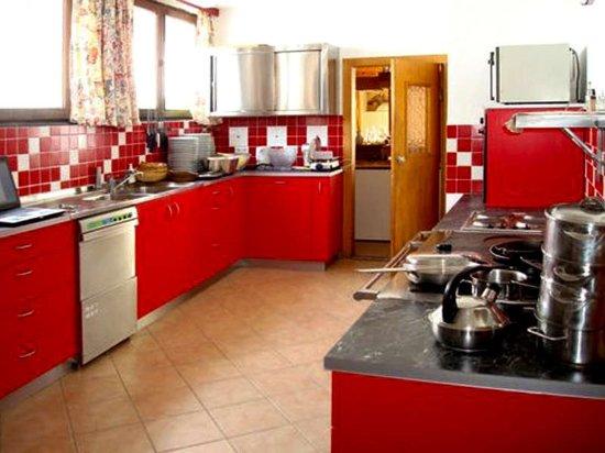 Mieders, النمسا: Großzügige Küche mit ausreichend Kochgeschirr für Gruppen und Familien