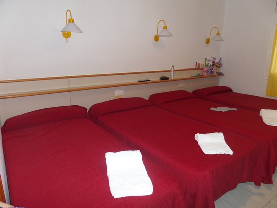 Chambre quadruple photo de hotel tolosa salou tripadvisor for Chambre quadruple costa magica