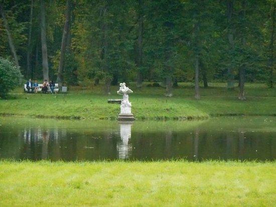 Lomonosov, Rosja: Приятно отдохнуть в тени деревьев парка,у воды