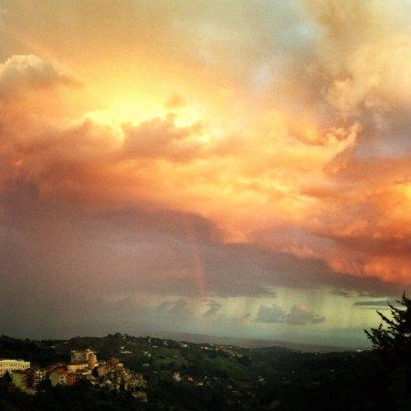 Castelnuovo di Porto, Italia: La vista dalla nostra terrazza a volte regala spettacoli indimenticabili