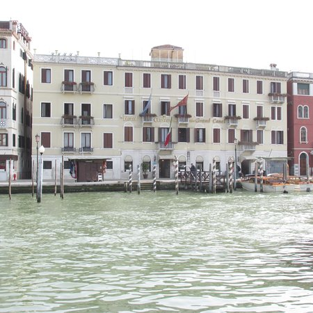 garden area bild von hotel carlton on the grand canal. Black Bedroom Furniture Sets. Home Design Ideas