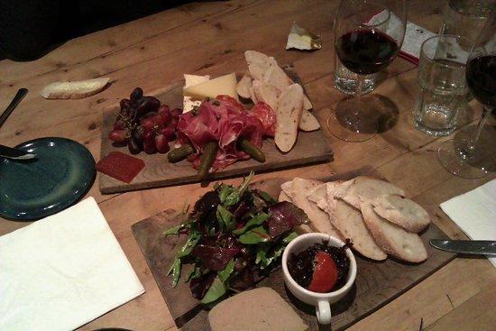 Fallon & Byrne: Kippenleverpaté met uiencompote en salade. Crudité en kaas met kweeperengelei. Heerlijk!