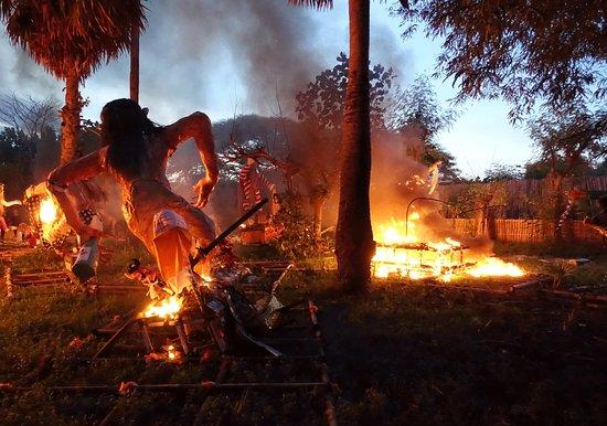 Kerobokan, Indonesia: Fêtes du Nyepi ( Nouvel An Balinais) :Ambiance de fêtes npuis les Ogo Ogo sont brulés