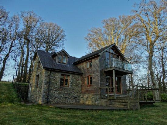 Llanddeusant, UK: Llynnon Lodge front view