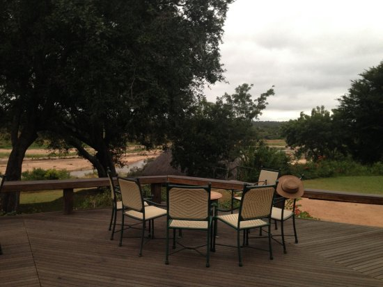 ‪‪Mala Mala Private Game Reserve‬, جنوب أفريقيا: Patio overlooking a river‬