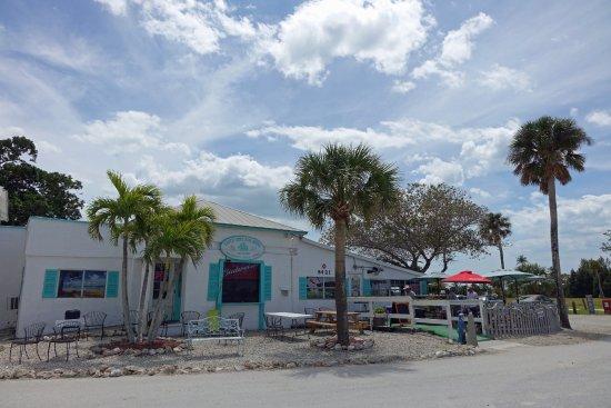 Bokeelia, Флорида: The outside of Capt'n Con's