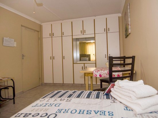 Bluff, South Africa: JPs private family unit's main bedroom with loads of cupboard space don't be shy to pack