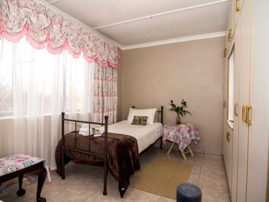 Bluff, South Africa: JPs private family unit's second bedroom with two single beds ample storage space pack ,